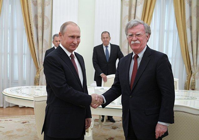 普京与美国总统国家安全顾问博尔顿,6月27日