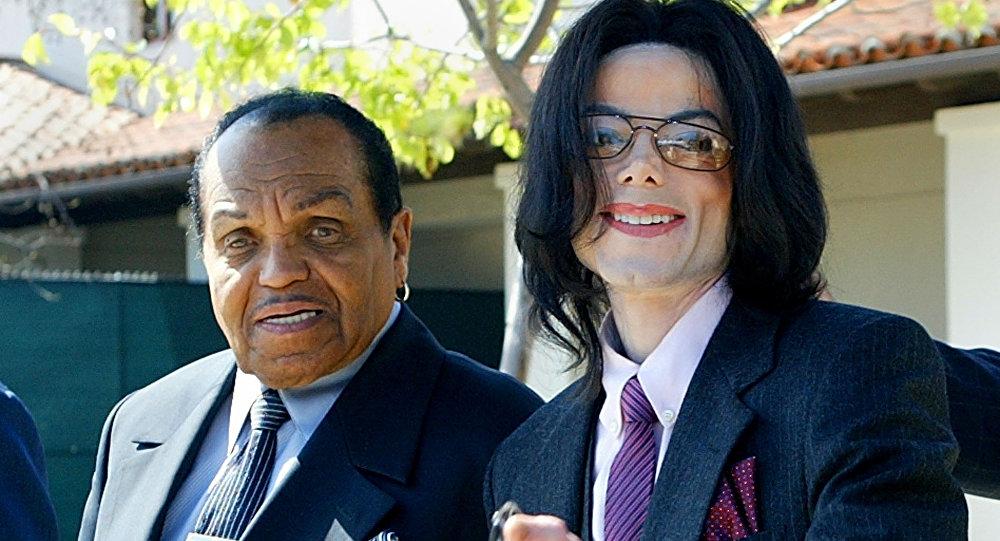 2005年8月,迈克尔∙杰克逊与父亲约瑟夫∙杰克逊