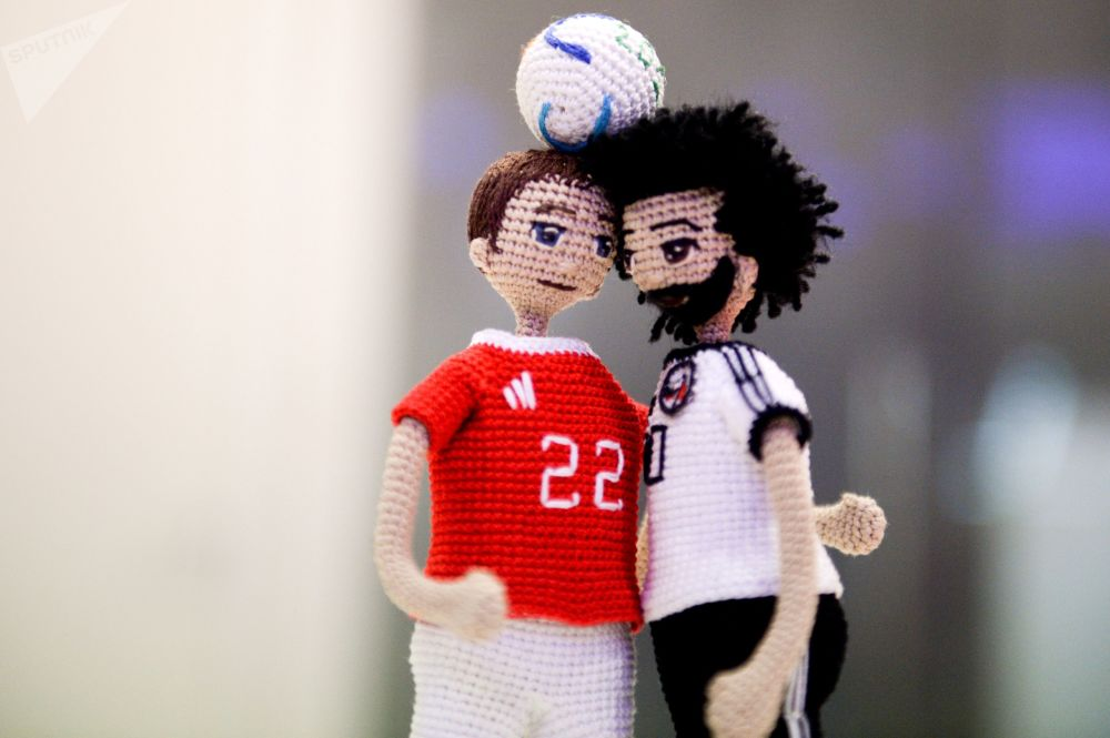 伏尔加格勒手工艺人钩织2018年世界杯运动员娃娃