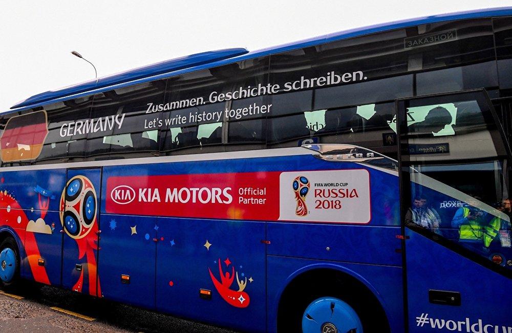 韓國的現代大巴里坐的是德國隊球員,嗯,很應景。