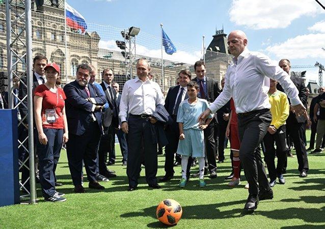 普京与国际足联主席在红场的足球训练器上打成平局