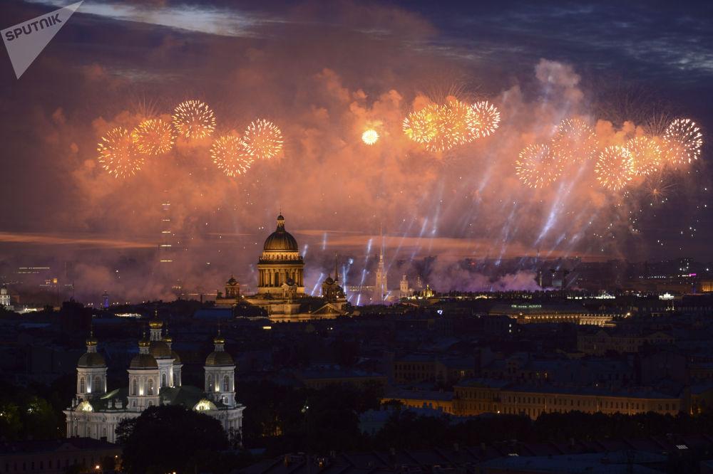 聖彼得堡2018年紅帆節燃放的煙花