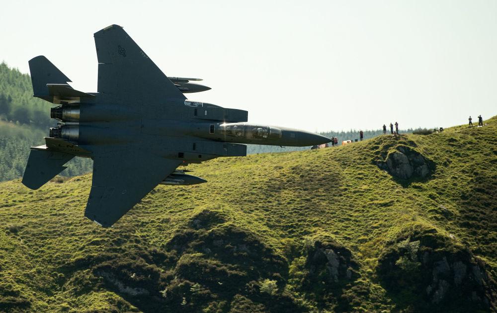 美國F-15戰機在威爾士北部多爾蓋萊鎮的田野上空飛過