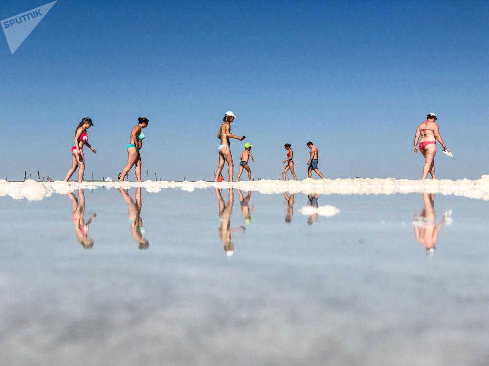 俄羅斯阿斯特拉罕州阿赫圖賓斯克區巴斯昆恰克湖的遊客