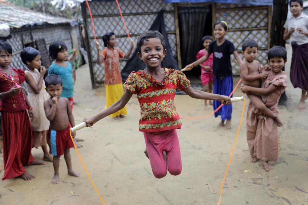 羅興亞難民兒童在孟加拉國庫圖巴朗(Kutupalong)難民營玩跳繩