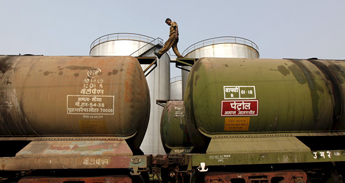 印度石油部长呼吁俄扩大在印度石油市场的影响力