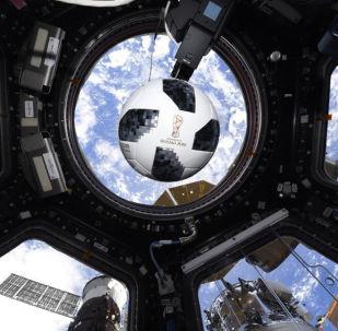 在国际空间站内的球
