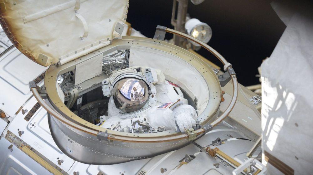 美國宇航局宇航員理查德·阿諾德進行太空行走