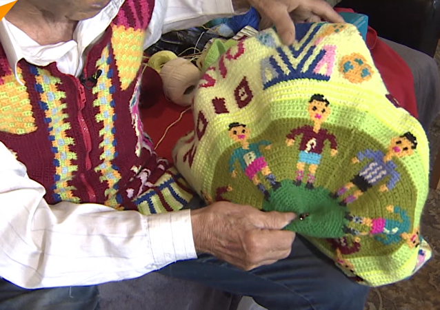 俄罗斯老爷爷向球迷赠送手工纪念品