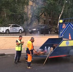 铺路工人在马路上吃烧烤