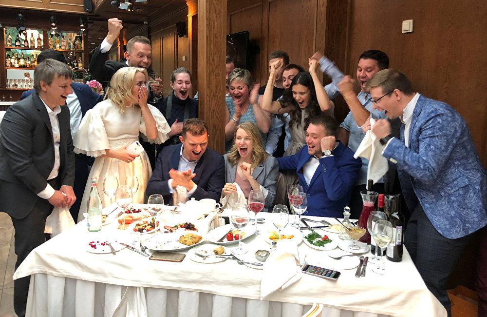 在聖彼得堡舉行的一場婚禮上,因為正在上演著俄羅斯VS西班牙點球大戰,所以新娘新郎將他們的婚禮按下了暫停鍵。當俄羅斯門將阿金費耶夫撲出阿斯帕斯點球的那一刻,全場都沸騰了!這在未來,將是多麼美好的回憶啊