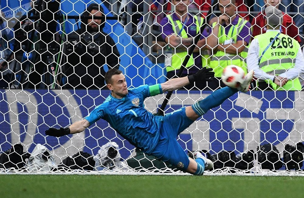 在本场比赛中,俄罗斯门将伊戈尔·阿金费耶夫五次接住西班牙来球,包括两粒点球。