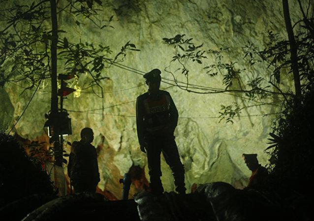 從泰國山洞中獲救的少年父母被禁止親吻和擁抱自己的孩子