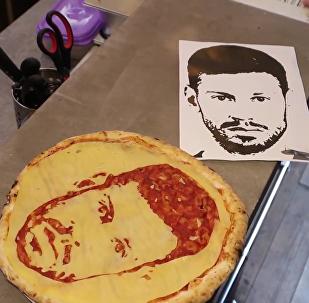圣彼得堡一酒吧制作球星头像披萨