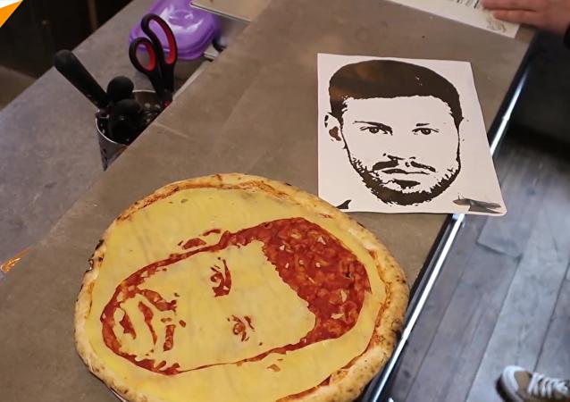 聖彼得堡一酒吧製作球星頭像披薩