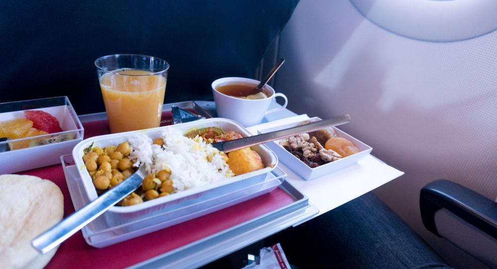 香港航空公司講述如何飛機上乘客準備餐食
