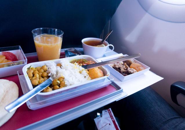 香港航空公司讲述如何飞机上乘客准备餐食
