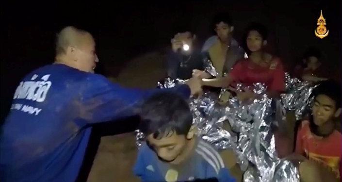 泰國海軍救援被困洞穴足球隊員