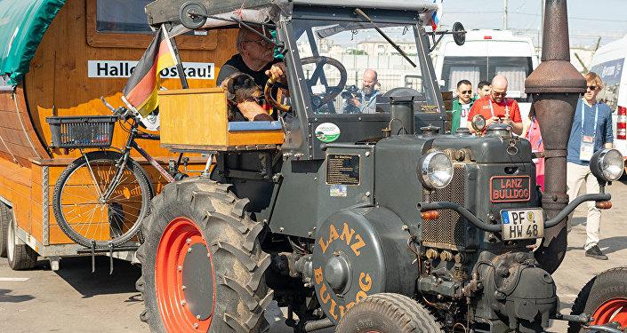 德国球迷开拖拉机到达莫斯科
