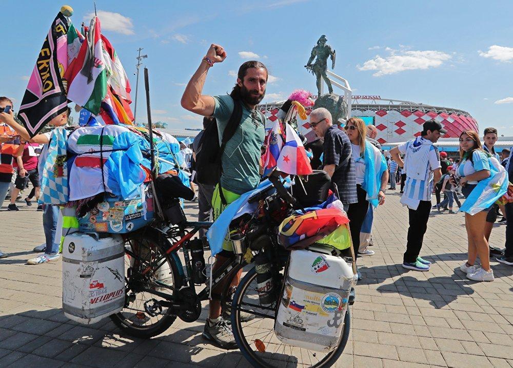 阿根廷球迷騎自行車到達俄羅斯
