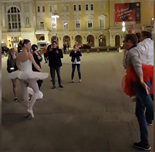 俄芭蕾舞演员为看俄罗斯VS西班牙球赛中断演出