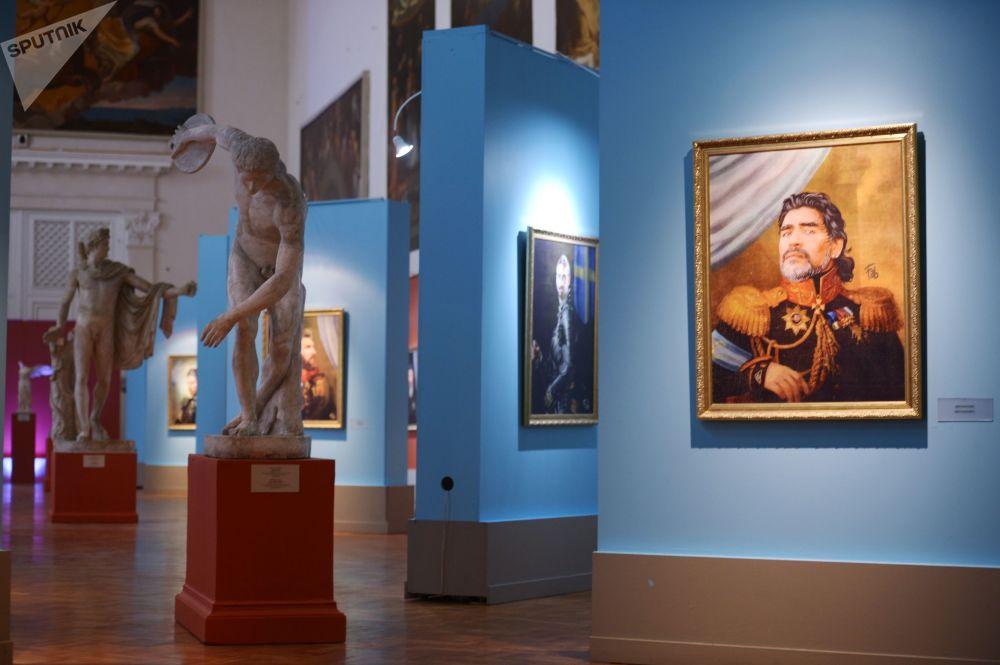 在2018年世界杯到來期間,在聖彼得堡美術學院博物館中的著名球員迭戈·馬拉多納的畫像。