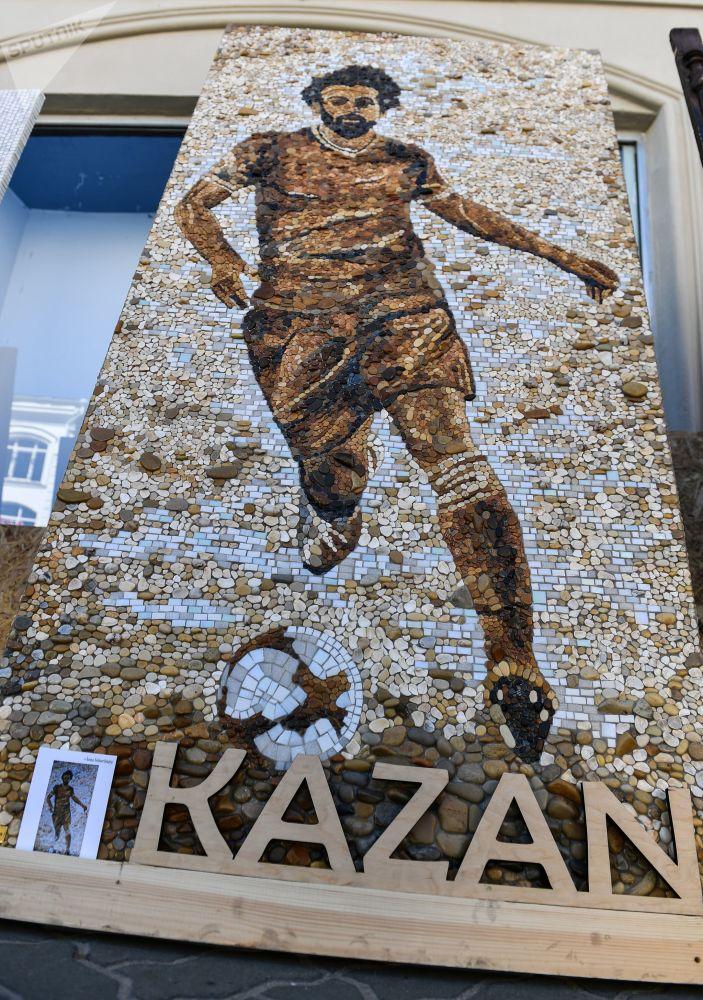 在喀山鮑曼大街上的埃及國家隊前鋒薩拉赫的馬賽克肖像。