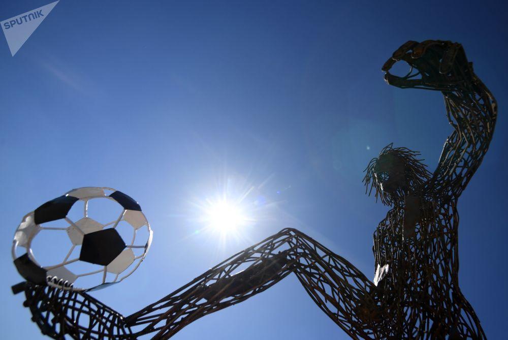 喀山「化學」大街。用處理混泥土廢料基地的廢金屬製成的四米高的足球運動員塑像。
