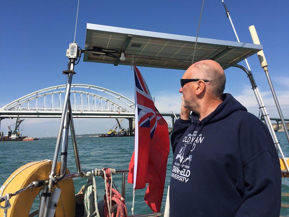 英國球迷駕駛的帆船,成為首艘穿越克里米亞大橋的帆船