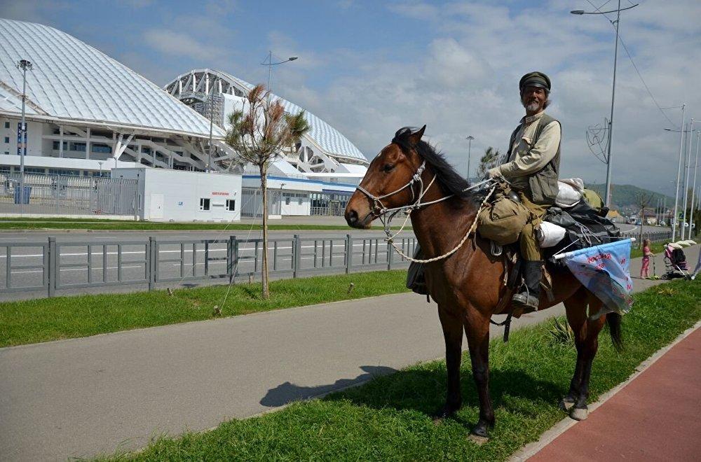 李荊在索契,背景是「費什特」體育場。