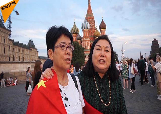 世界杯期间,外国球迷都买了哪些俄罗斯纪念品呢?