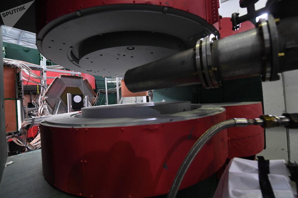 「尼卡」對撞機粒子加速器綜合體的一部分已經建成,且已經在運轉之中:BM@N檢波器在2018年初啓動。借助它可以研究原子核組成物之間的相互作用。  圖片:SP-57水平聚焦模型和離子導向bm@n。