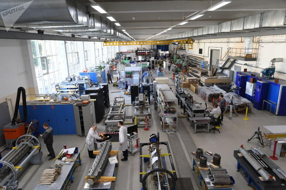 有32個國家70多所院校的300多名學者參加了「尼卡」對撞機粒子加速器項目。  圖片:超導磁體的裝配試驗段