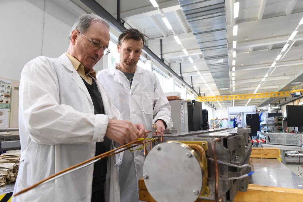 學者們能夠借助現代加速器,在實驗室中重建宇宙在各個進化階段所發生的各種過程。  圖片:為模型電子試驗做準備