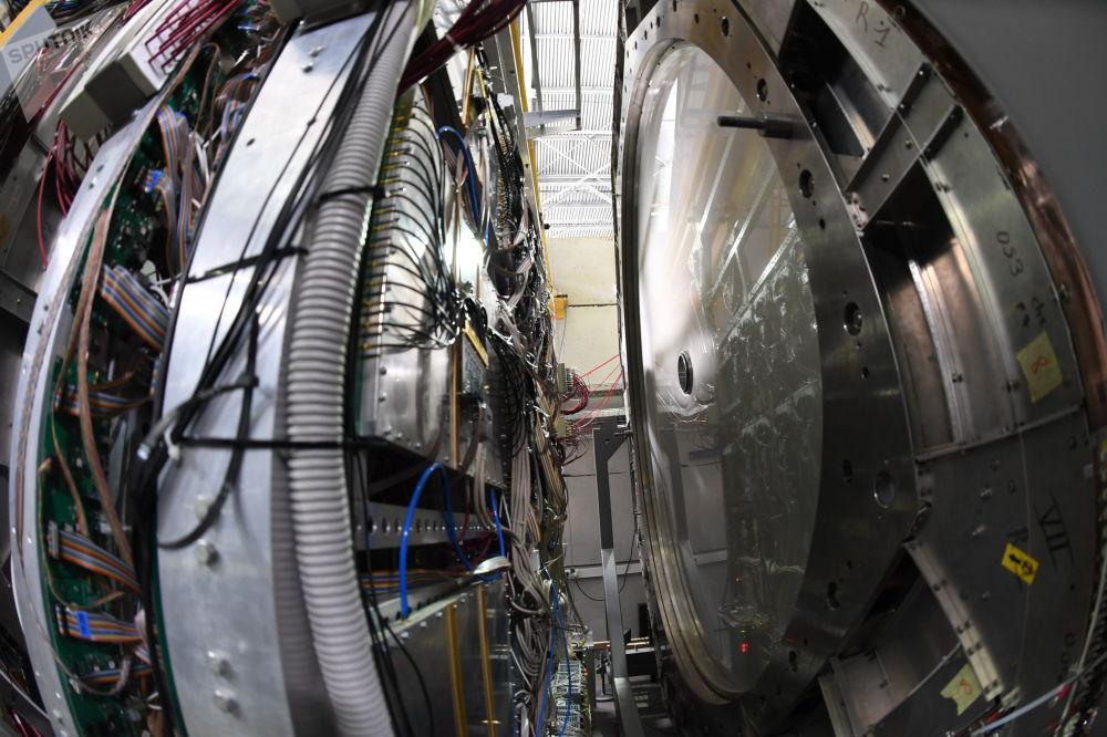 這種知識未來可以為人類帶來新的能源類型,這種能源類型對核能構成極大競爭。  圖片:左——ToF-700渡越時間系統,右——BM@N裝置上的兩個移動攝像頭之一