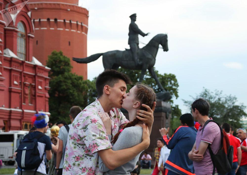 在莫斯科馬涅日廣場旁親吻的戀人。