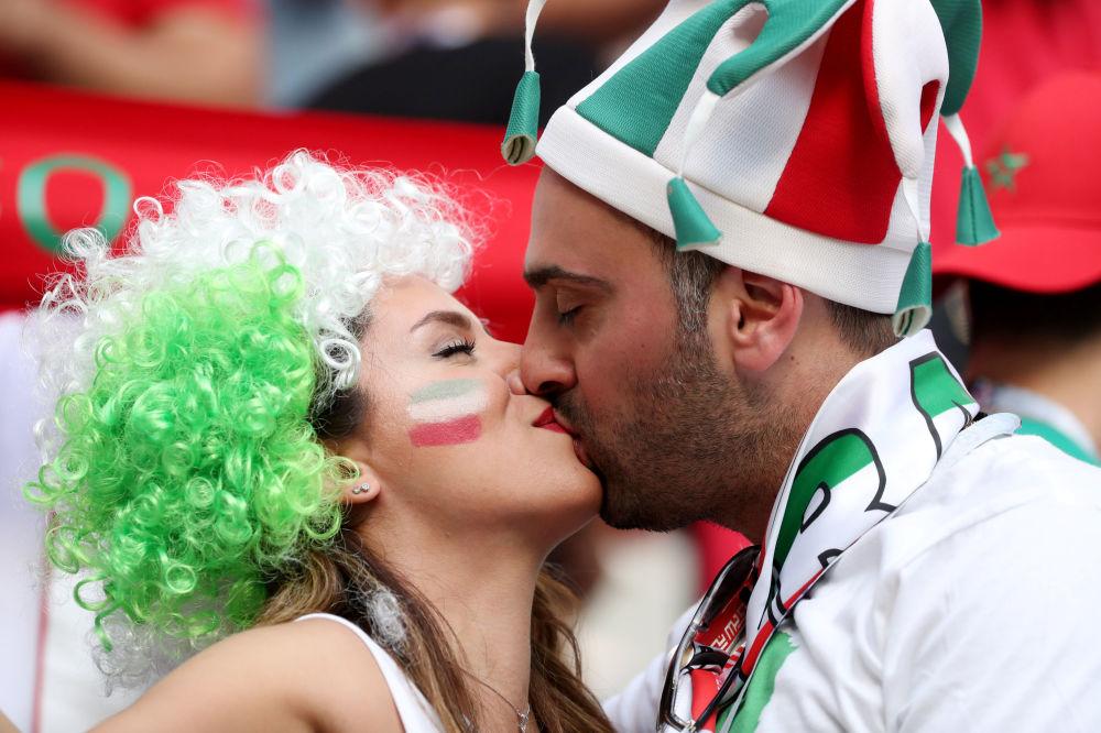 在摩洛哥和伊朗比賽時親吻的球迷。