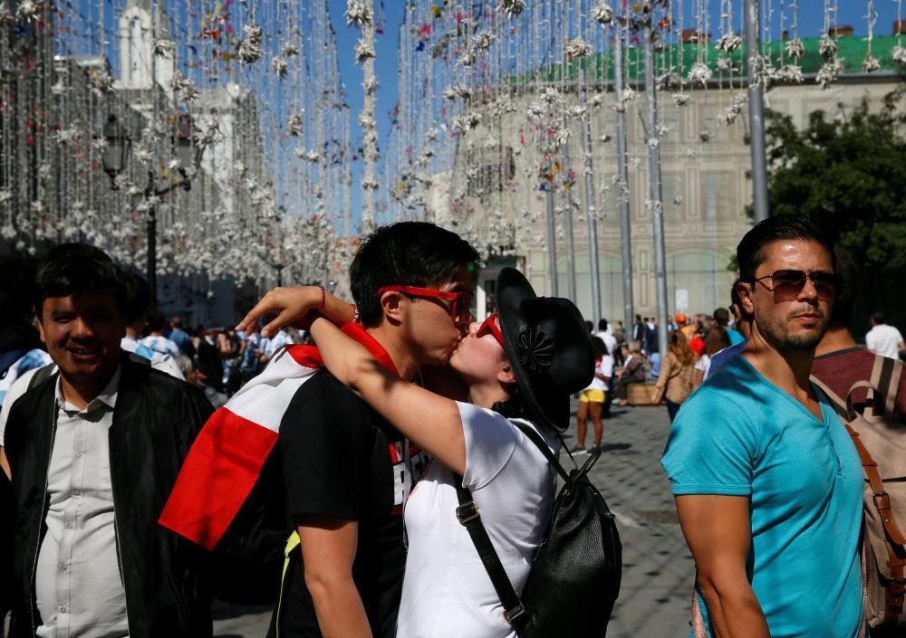 在世界杯期間,在莫斯科市中心的接吻的秘魯球迷。