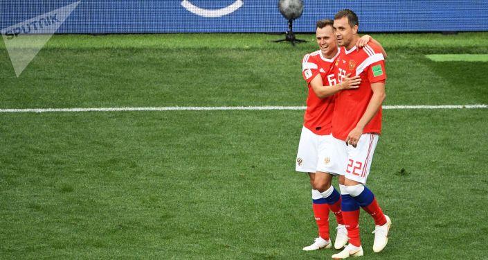 俄罗斯队中场球员丹尼斯·切雷舍夫和前锋阿尔乔姆·久巴