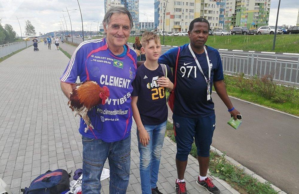 克莱门特不是孤身一人来到体育场,他以带高卢雄鸡观赛出名,因为高卢雄鸡能给法国队带来好运。他在法国的好伙伴名叫巴尔萨泽(Balthazar),但它不是托马舍夫斯基饲养的唯一一只公鸡。