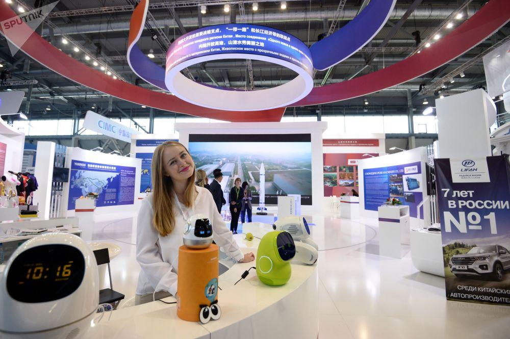 国际工业展览会INNOPROM-2018在叶卡捷琳堡国际会展中心举行,图为一名女性看展观众