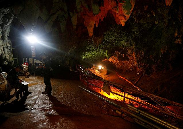 泰国足球少年如何在受淹洞穴撑过9天?