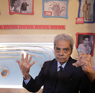 印度留66年指甲的老人終於把指甲剪了