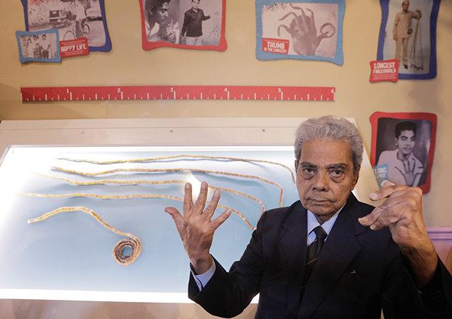印度留66年指甲的老人终于把指甲剪了