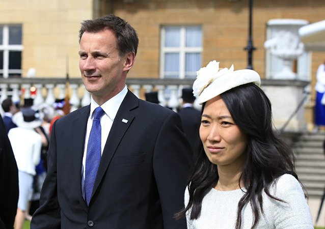 傑里米·亨特主持著英國執政黨保守黨的一個中國之友小組。中國之友小組是發展英中兩國社會聯絡的倡議機構和發動機。去年亨特曾任中英高級別人文交流機制的共同主席,擔任這一職務的中方夥伴是中國國務院副總理劉延東。