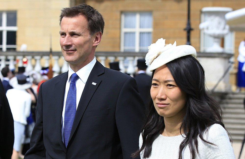 杰里米·亨特主持着英国执政党保守党的一个中国之友小组。中国之友小组是发展英中两国社会联络的倡议机构和发动机。去年亨特曾任中英高级别人文交流机制(China-UK high-level people-to-people exchange mechanism)的共同主席,担任这一职务的中方伙伴是中国国务院副总理刘延东(Liu Yandong)。