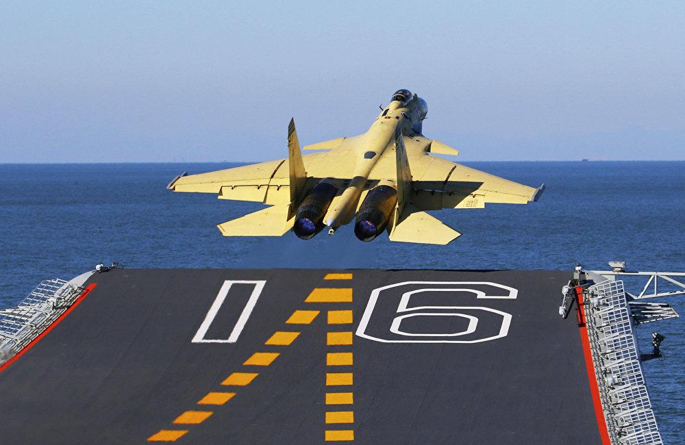 歼-15四次坠机说明其存在诸多细微问题,这不足为奇。因为中国曾为节约成本,放弃购买俄罗斯苏-33战机及其生产许可,转而向乌克兰廉价购买用于测试的苏-33原型机T-10K-7。买下这架不能飞的飞机后,中国工程师开始研发它的改进版。