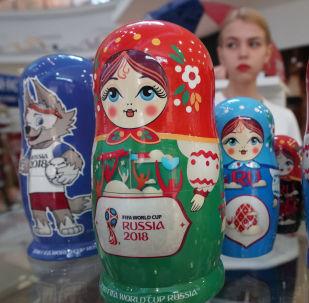 加里宁格勒市出售纪念品和2018俄罗斯世界杯标志品官方商店里的套娃。