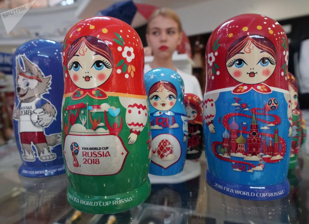 加里寧格勒市出售紀念品和2018俄羅斯世界杯標誌品官方商店裡的套娃。