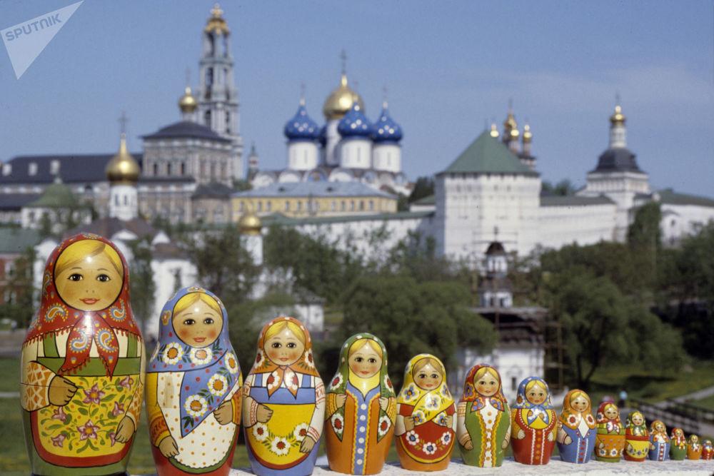 以謝爾蓋聖三一修道院為背景拍攝的俄羅斯套娃照片。